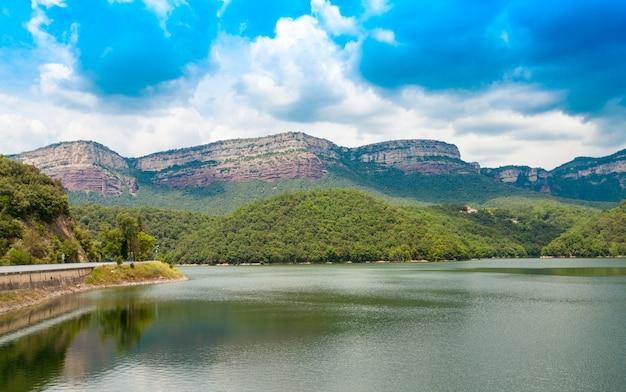 Вид с водохранилища сау, виланова-де-сау, каталония, испания Premium Фотографии