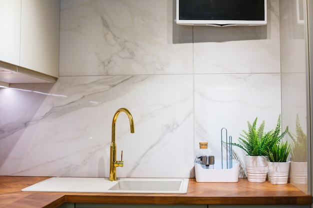 View of the kitchen, sink and faucet Premium Photo