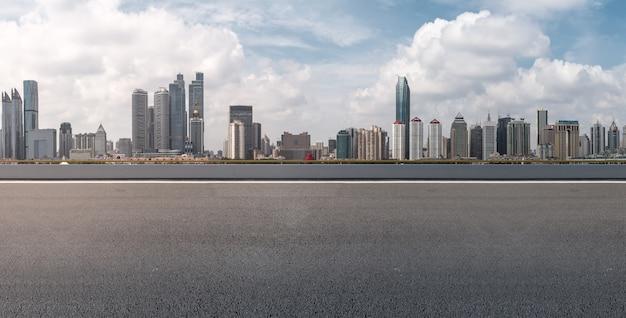 Vista paesaggio bianco asfalto blu lungo Foto Gratuite