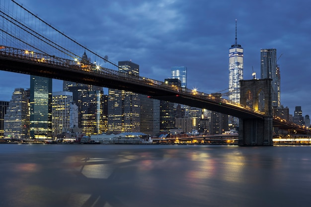 Vista di new york city midtown manhattan al tramonto con il ponte di brooklyn. Foto Gratuite