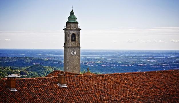 표면에 푸른 하늘이있는 시계탑의보기 무료 사진