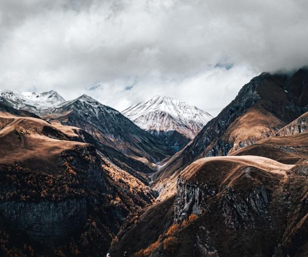 흐린 하늘 아래 산맥의보기 무료 사진