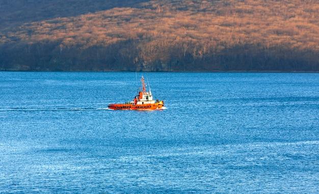 Вид на небольшой буксир в море Premium Фотографии