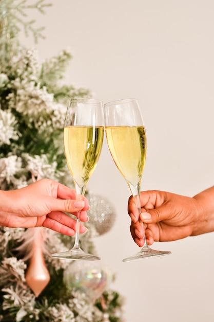 Вид тоста с бокалами шампанского, сделанного двумя женскими руками Бесплатные Фотографии