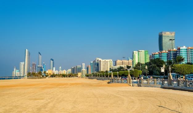 Вид на абу-даби с общественного пляжа Premium Фотографии