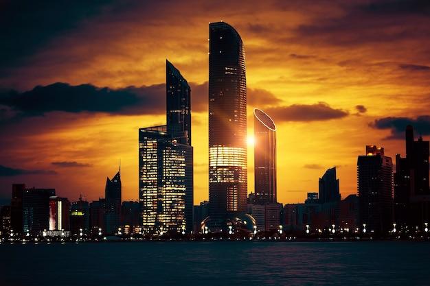 Вид на горизонт абу-даби на закате, объединенные арабские эмираты, специальная обработка фотографий. Premium Фотографии