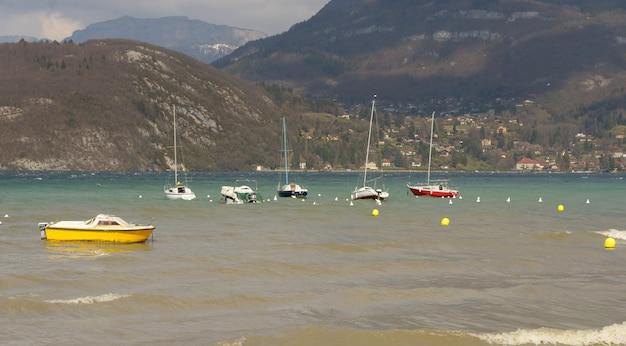 Вид на озеро анси с парусниками Premium Фотографии