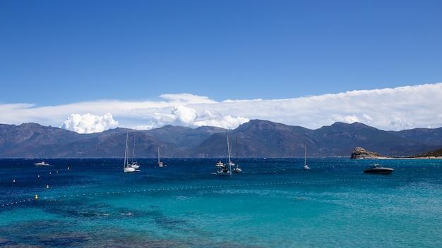 コルシカ島、フランスの美しい自然海の景色は雲空の背景です。水平ビュー。 Premium写真