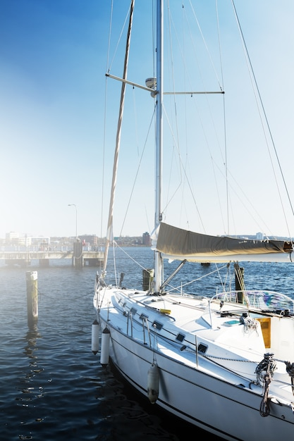 Вид на красивую белую яхту. дневной свет. морской фон. Бесплатные Фотографии
