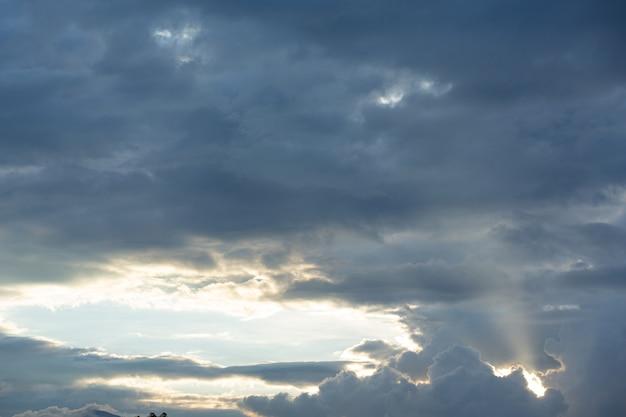 青い空と雲の眺め。自然の背景 無料写真