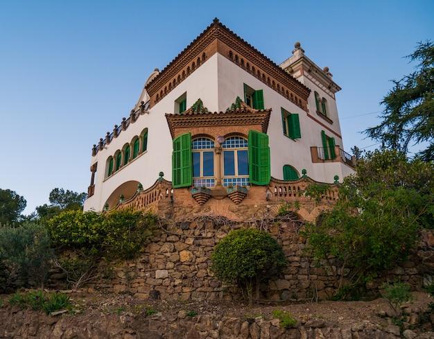 공원 Guell에있는 Casa Marti Trias의 전망. 프리미엄 사진