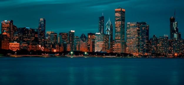 夜、米国のシカゴのスカイラインの眺め。 Premium写真