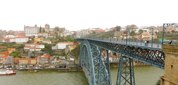 Вид на мост dom luis в порту Premium Фотографии
