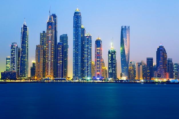 ドバイの日の出、アラブ首長国連邦でのビュー Premium写真
