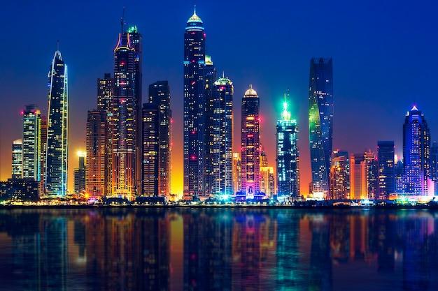 アラブ首長国連邦の夜のドバイの眺め Premium写真
