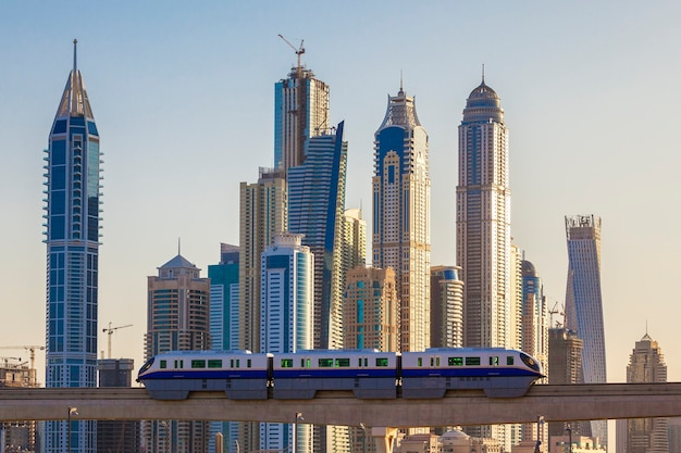地下鉄と高層ビルのドバイの眺め。 Premium写真