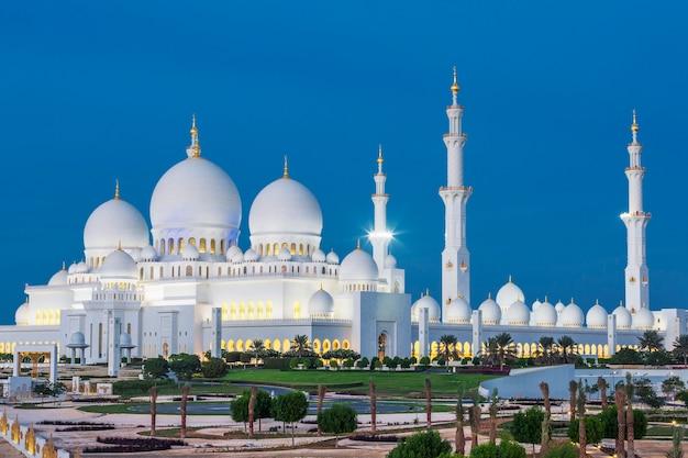 夜の有名なアブダビシェイクザイードモスク、アラブ首長国連邦の眺め。 無料写真