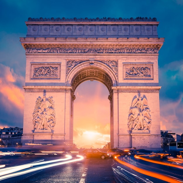 パリの日没時の有名な凱旋門の眺め Premium写真