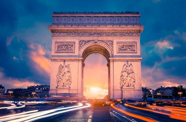 夕暮れ時、パリの有名な凱旋門の眺め Premium写真