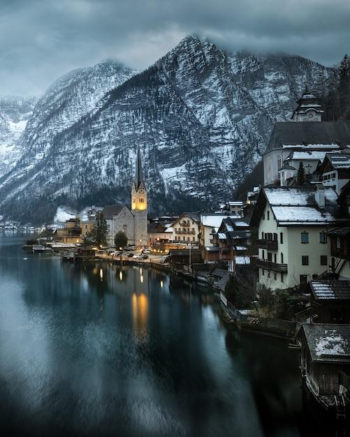 Вид на знаменитую горную деревню гальштат в австрии Premium Фотографии