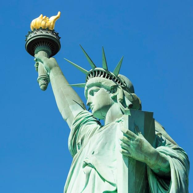 Вид на знаменитую статую свободы в нью-йорке. Бесплатные Фотографии