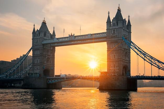ロンドンの日の出で有名なタワーブリッジの眺め。 無料写真