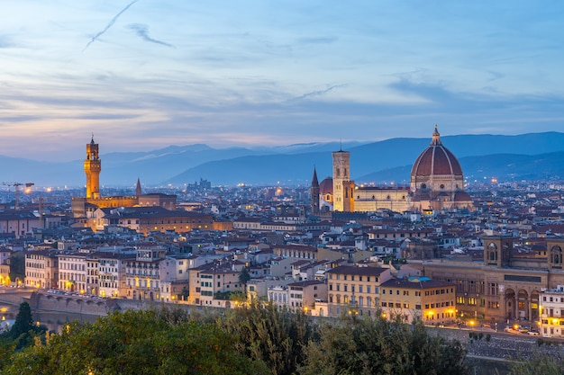 Взгляд горизонта города флоренции в сумерках в тоскане, италия. Premium Фотографии