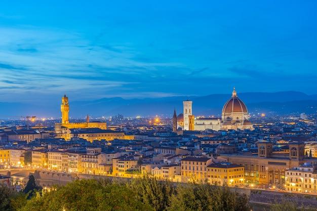 Вид на горизонт флоренции ночью с видом на дуомо флоренции в тоскане, италия. Premium Фотографии