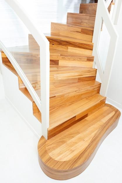 内部の木製階段の表示 Premium写真