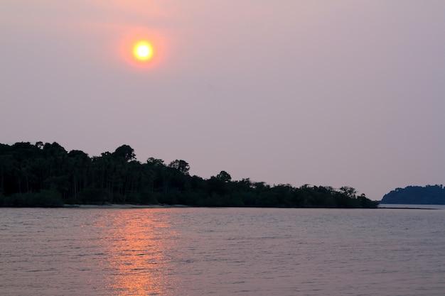 Взгляд острова перед заходом солнца красивое светлое солнце в таиланде Premium Фотографии