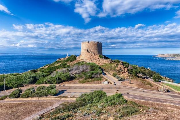 Вид на башню лонгонсардо или испанскую башню, знаковую достопримечательность в санта-тереза-галлура, расположенная на северной оконечности сардинии, в провинции сассари, италия. Premium Фотографии