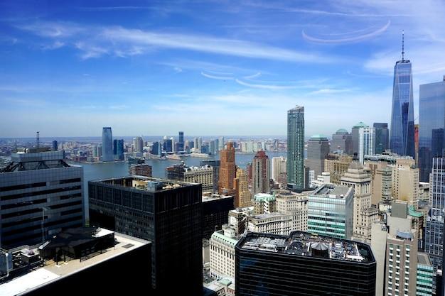 ワンニューヨークプラザのオフィスの窓からのマンハッタンの眺め。 Premium写真