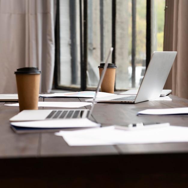 사무실에서 현대 노트북의보기 무료 사진