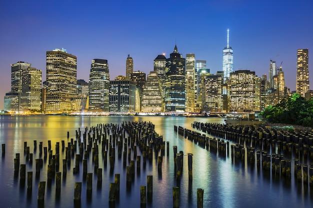 アメリカ、夕暮れ時のニューヨーク市マンハッタンのダウンタウンのスカイラインの眺め。 無料写真
