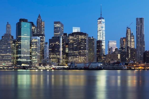 이스트 강 위에 조명 고층 빌딩과 황혼 뉴욕시 맨해튼 미드 타운의보기 무료 사진