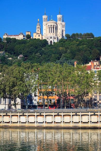 ノートルダム・ド・フルヴィエール、リヨン、フランスの眺め 無料写真