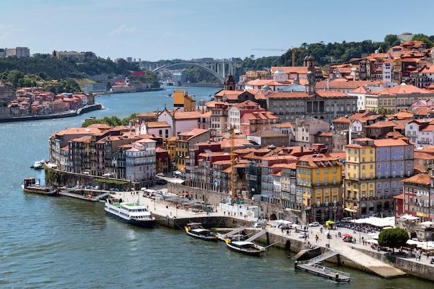 Вид на старый город порту с реки дору, португалия Premium Фотографии