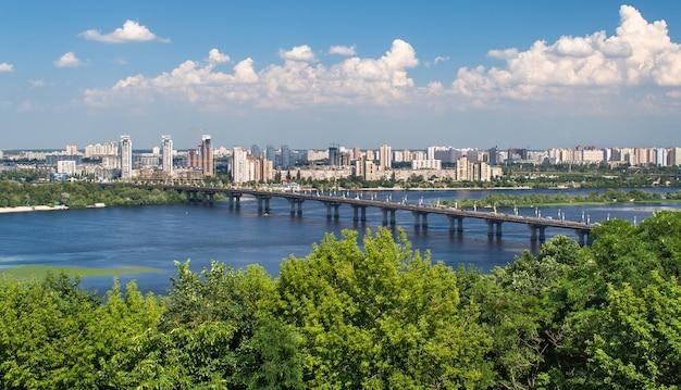 Вид на мост патона и левый берег днепра в киеве Premium Фотографии