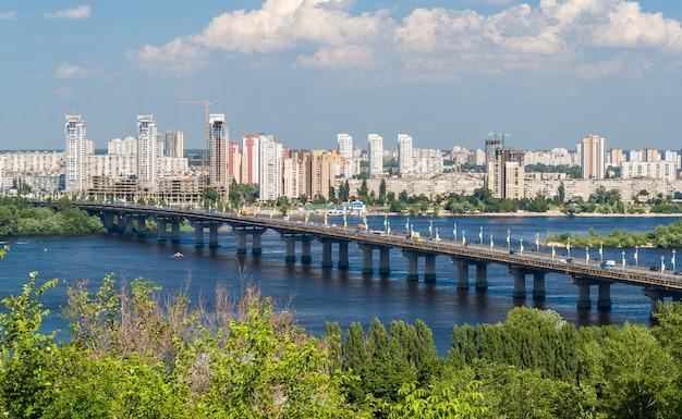 キエフのパトン橋とドニエプル川の左岸の眺め Premium写真