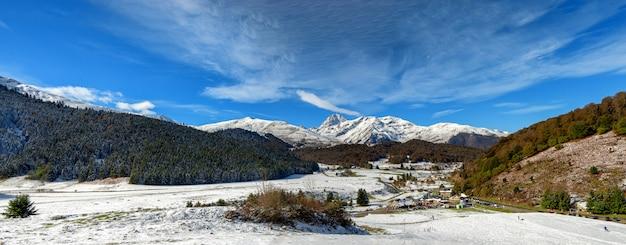 Вид на пик дю миди де бигорр во французских пиренеях со снегом Premium Фотографии