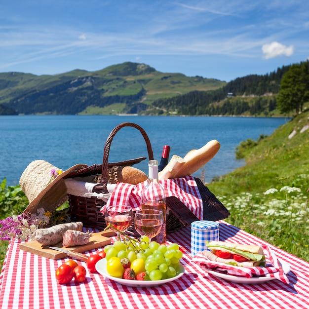 Вид на пикник во французских альпийских горах Бесплатные Фотографии