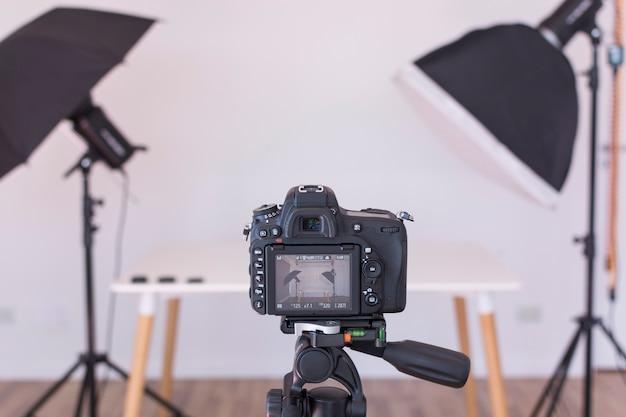 삼각대에 전문적인 현대 카메라 화면보기 프리미엄 사진