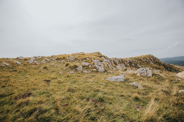 Вид на скалистые горы в власич, босния, в пасмурный день Бесплатные Фотографии