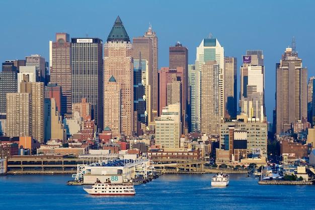 ニューヨーク市のスカイラインの眺め。 無料写真