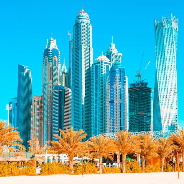 Вид на небоскребы и пляж джумейра в дубае. оаэ Premium Фотографии