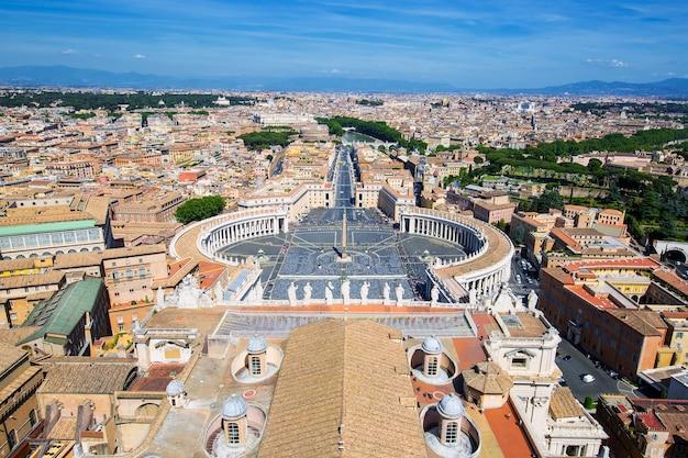 バチカン市国のサンピエトロ大聖堂のドームからのサンピエトロ広場とローマの眺め Premium写真
