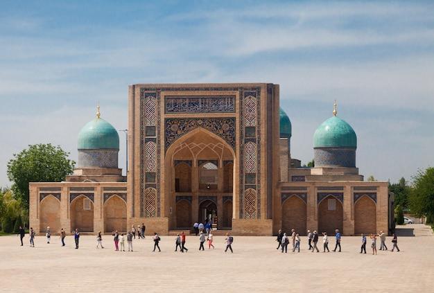 夏のkhast imam複合施設のbarak khan madrasahのビュー。タシケント。ウズベキスタン。 Premium写真