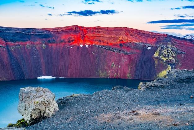Взгляд красивого края кратера на озере ljotipollur в южных гористых местностях исландии. Premium Фотографии