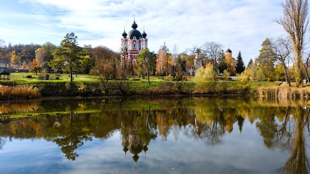 Вид на монастырь курки. церковь и парк. озеро на переднем плане. молдова Бесплатные Фотографии