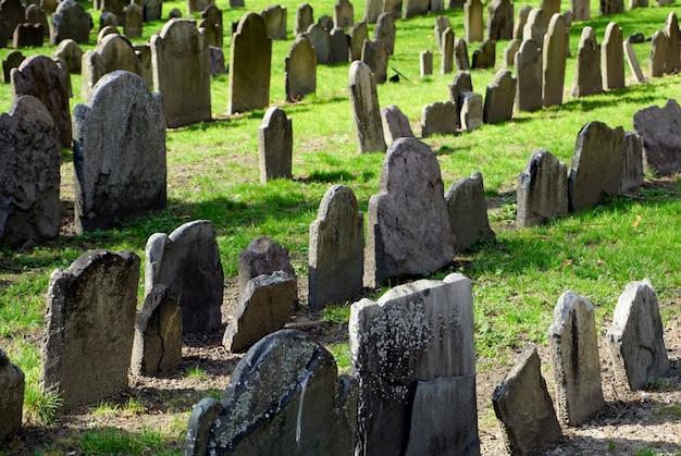 穀倉墓地の墓、ボストンの歴史的な墓地、そして市内で最も有名な観光ルートであるフリーダムトレイルのランドマークの1つ Premium写真